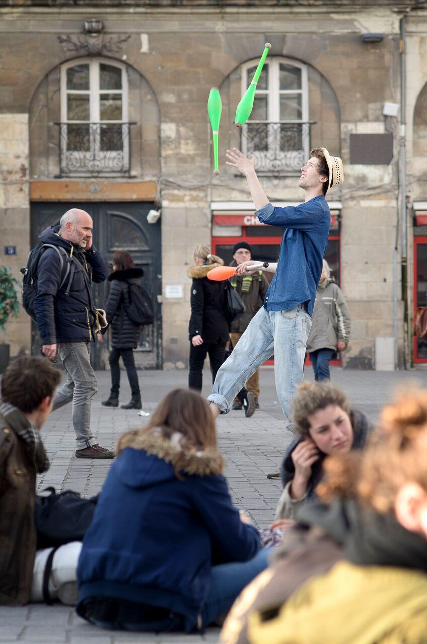 Une deuxième sono balance aussi de la techno pour les plus fêtards, d'autres font du jonglage.