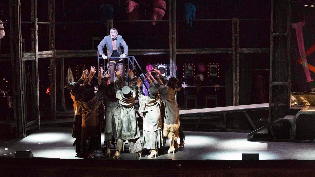 L'action de Cabaret a pour cadre les nuits de la capitale allemande, à une époque particulièrement troublée de son histoire.