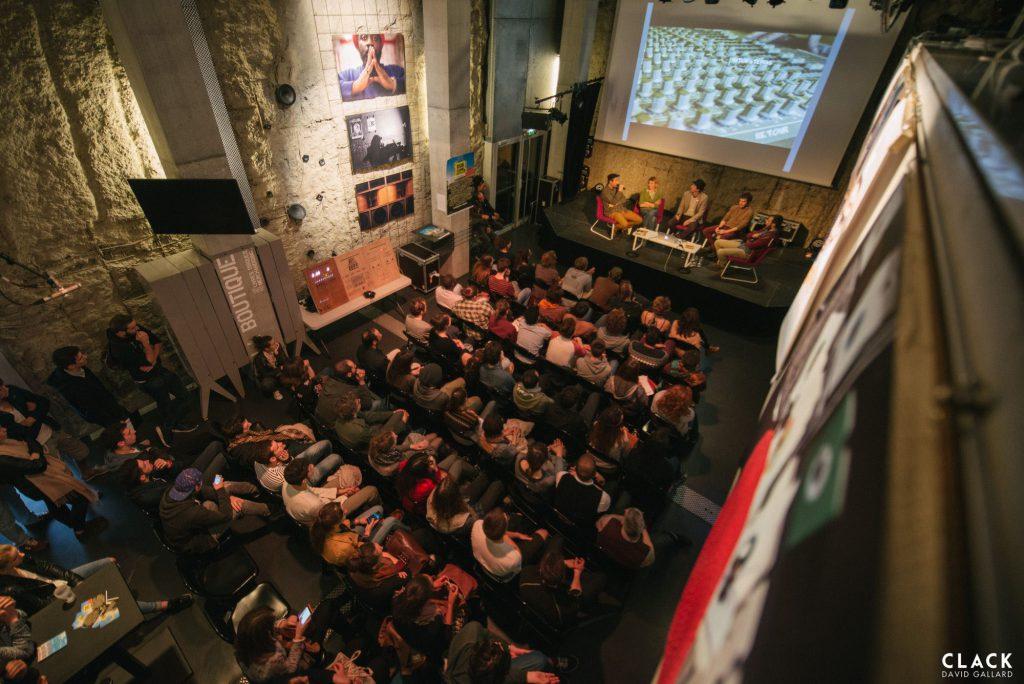 Une centaine de personnes est réunie pour cette conférence sur l'histoire du sound system à Trempolino.
