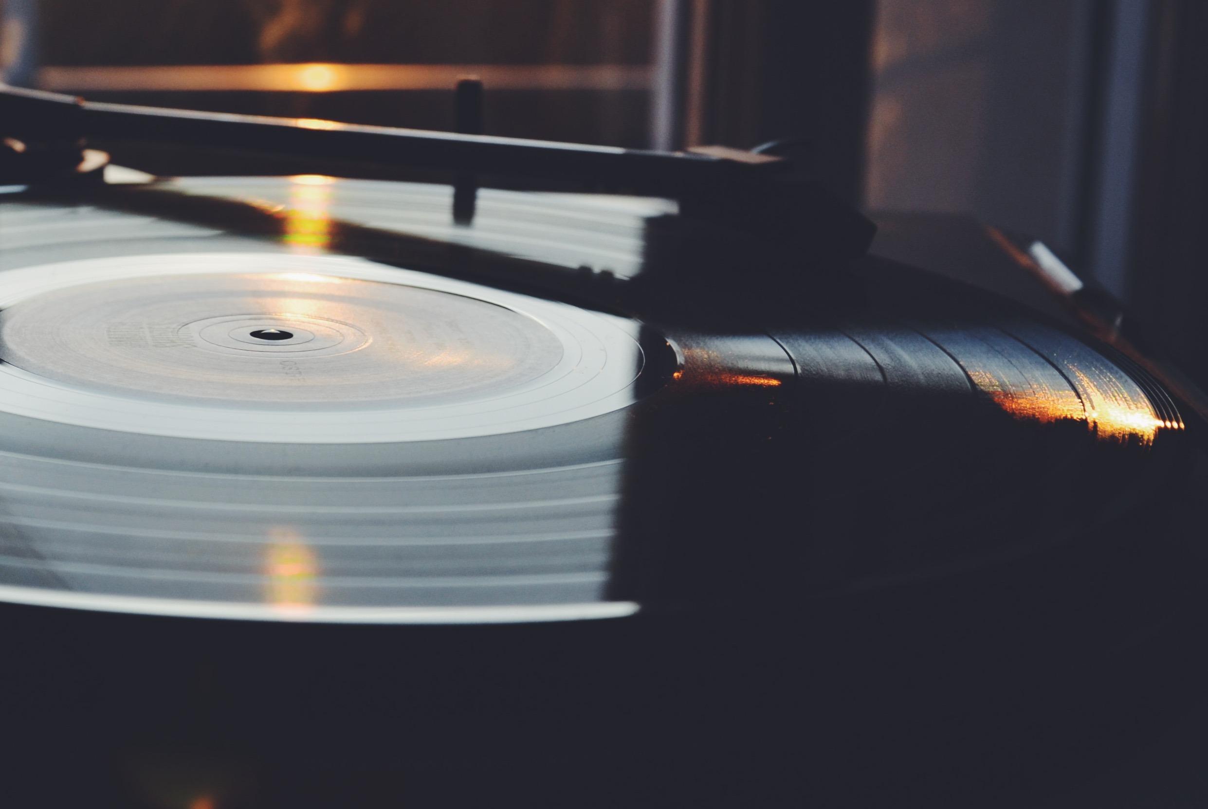 Conscientes du retour en force du vinyle, les grandes maisons de disques décident de sortir de plus en plus de vinyles, en rééditant de grands classiques