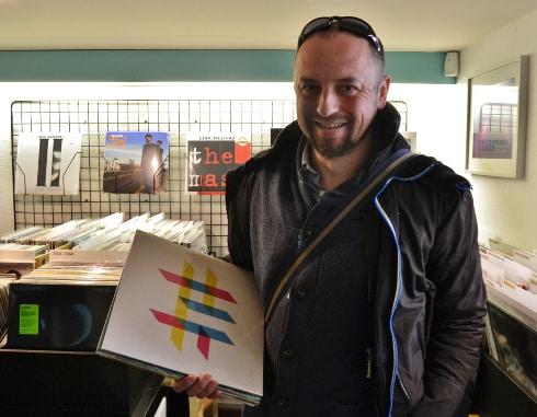 « J'ai plus de 100 vinyles et je les écoute tous. Je m'en sers surtout pour mixer. ».