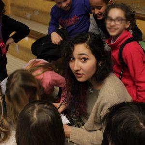 Fatma Ben Hamad auprès d'écoliers d'Ancenis