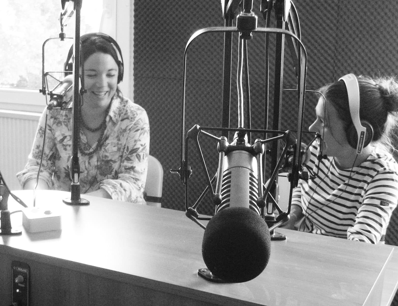Jet FM en action avec la journaliste Magali Grollier et la responsable technique Anne-Laure Lejosne.